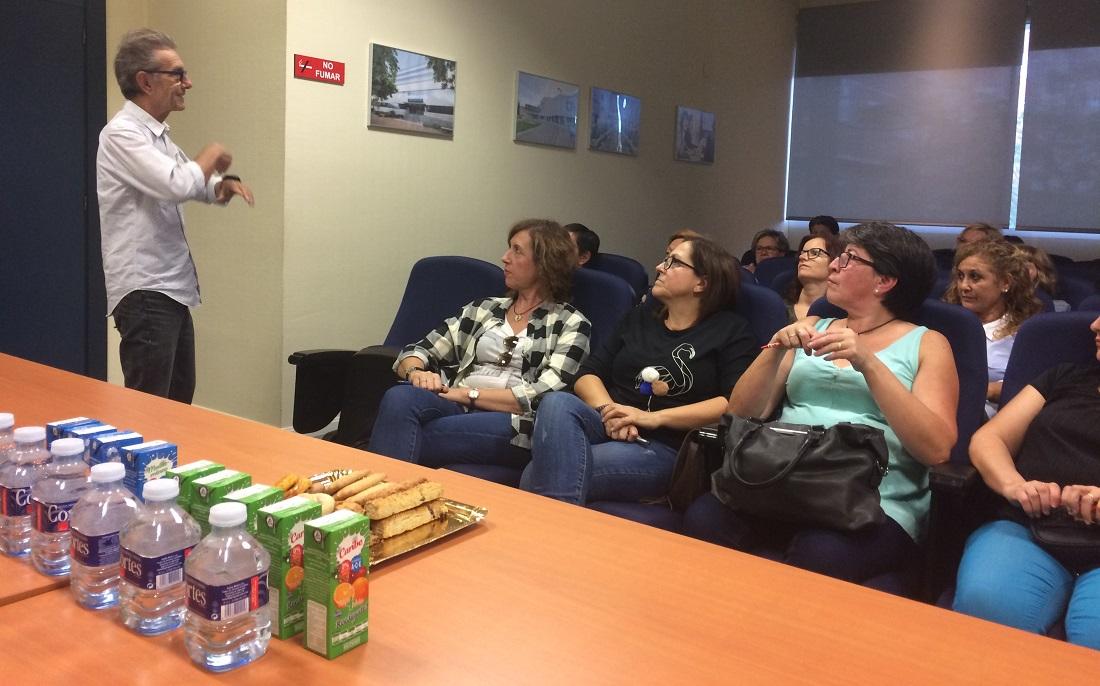 Cesáreo Martín habla con empleados de Grupo Parisien en un encuentro de comunicación interna