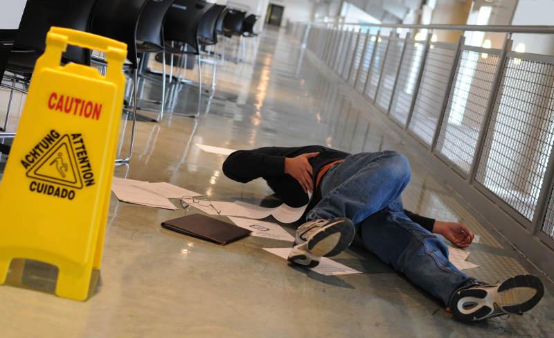 consejos para evitar resbalones en el trabajo