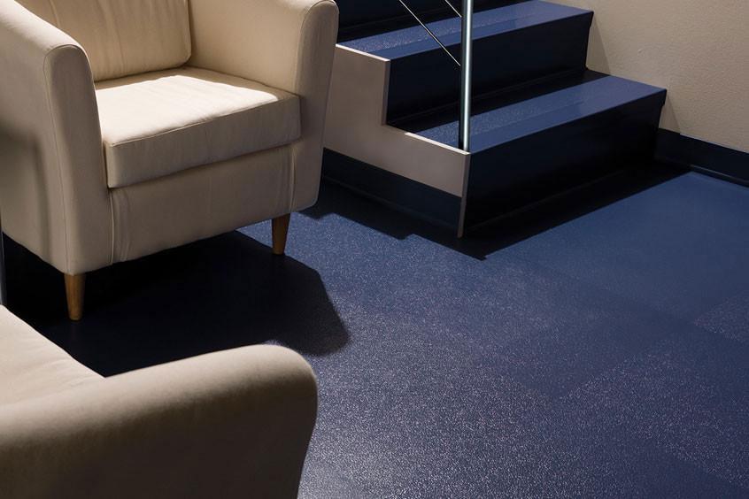 Limpiar pisos antideslizantes